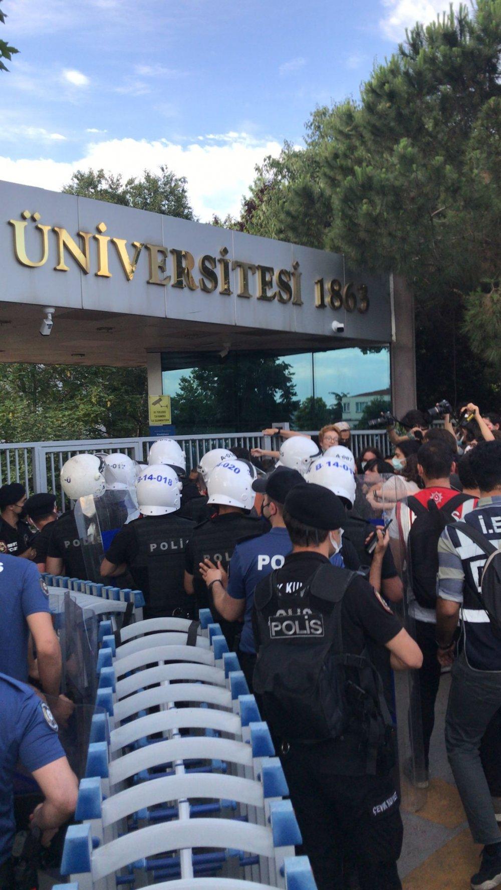 Boğaziçi Üniversitesi öğrencileri, güvenlik görevlileri tarafından okula alınmadı; arbede yaşandı